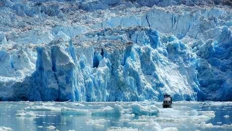 A maioria das geleiras em regiões temperadas do mundo e ao longo da península da Antártida está diminuindo