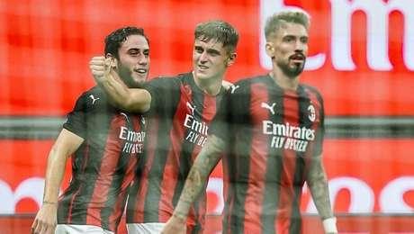 Lorenzo Colombo (centro) comemora o gol do Milan em vitória pela Liga Europa