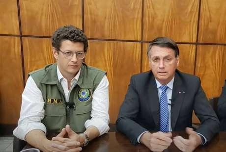 O presidente Jair Bolsonaro e o ministro do Meio Ambiente, Ricardo Salles, em live nesta quinta-feira, 24