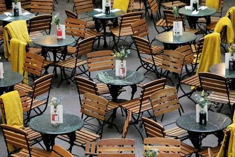 Terraço vazio de um restaurante no distrito de Covent Garden, em Londres, Inglaterra. 13 de março de 2020. REUTERS/Simon Dawson