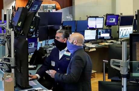 Trabalhadores usam máscaras no primeiro dia de negociação presencial desde o fechamento da trading floor por causa do coronavírus, em Nova York, EUA, 26 de maio de 2020. REUTERS/Brendan McDermid