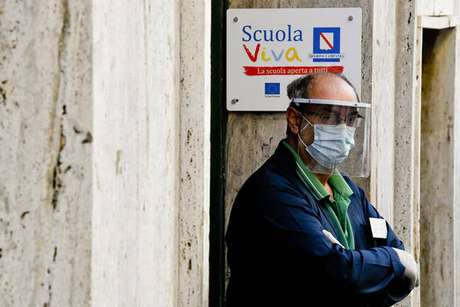 Entrada de escola em Nápoles, sul da Itália