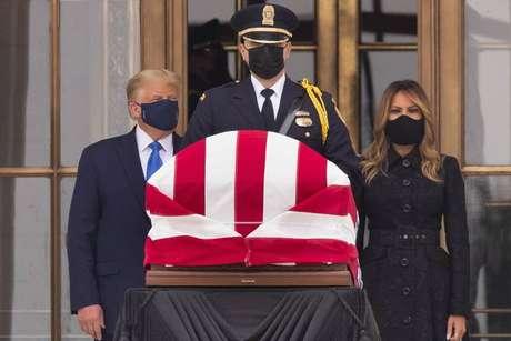 Presidente dos EUA prestou homenagem junto com Melania Trump