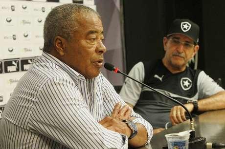 Jairzinho polemizou com comentário durante jogo do Botafogo. Na foto, o ídolo alvinegro estava ao lado de Renê Simões, ex-treinador do clube (Foto: Cleber Mendes/LANCE!Press)