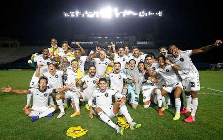 Jogadores do Botafogo em comemoração ainda no gramado de São Januário (Foto: Vítor Silva/Botafogo)