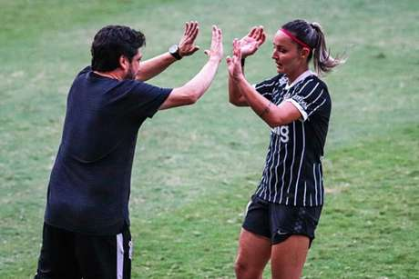 Arthur Elias e Giovanna Crivelari comemoram um dos gols do Timão (Foto: João Normando/Twitter Corinthians)