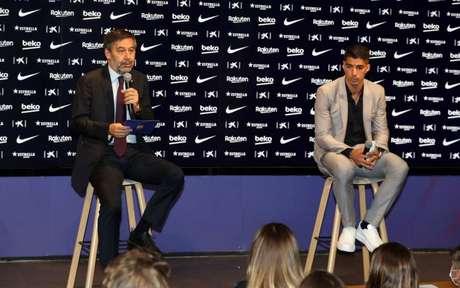 Bartomeu e Suárez na coletiva desta quinta-feira (Foto: Miguel Ruiz / Barcelona)