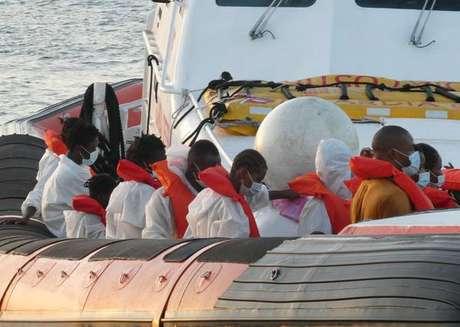 Migrantes resgatados pela Guarda Costeira da Itália, em 30 de agosto