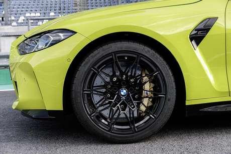 Sistema dianteiro de freios é composto por pinça fixa de seis pistões com discos de 380 mm, mas há opcional de freios de cerâmica com discos frontais de 400 mm.