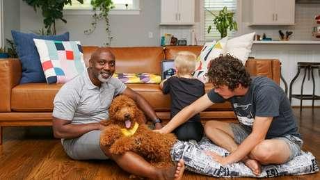 Peter adorou Anthony (à dir.) e está cuidando de Johnny (centro)
