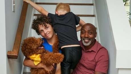 Peter diz que sofre preconceito por cuidar de duas crianças brancas