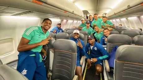 Jogadores do Flamengo posram sem máscara para foto dentro de avião