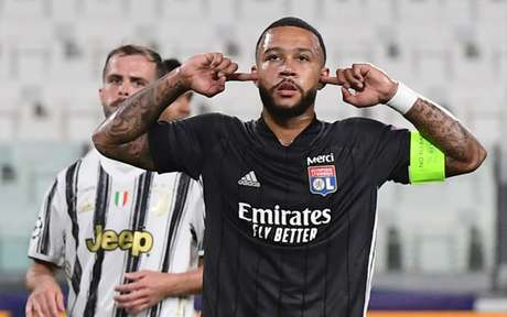 Depay recebeu proposta de renovação de contrato para permanecer no Lyon (Foto: Miguel MEDINA / AFP)
