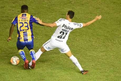 Com suspensão de zagueiros, Pituca deve jogar como volante novamente contra o Olimpia (Foto:Twitter/Santos)