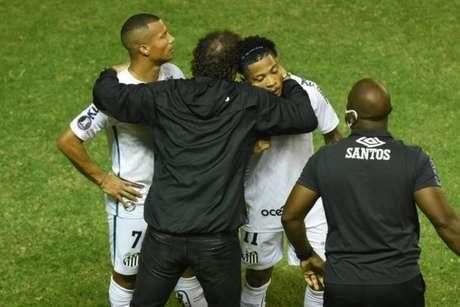 Cuca tem abraçado literalmente o elenco do Santos (Foto: Reprodução/Twitter Santos)