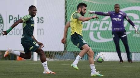 Patrick de Paula (E) volta ao time depois de quatro partidas (Foto: Cesar Greco/Palmeiras)
