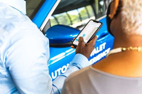 Veículo estaciona sozinho e na hora de sair vem automaticamente ao seu encontro, por um comando no celular.