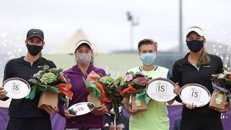 Luisa Stefani recebe troféu pelo segundo lugar com a sua dupla Hayley Carter