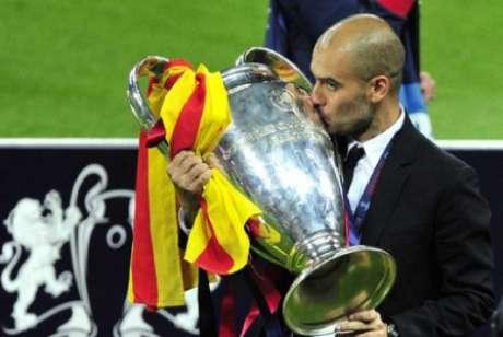 Como treinador do Barcelona, Guardiola foi campeão da Liga dos Campeões duas vezes repetindo as ideias de jogo de Cruyff (Foto: GLYN KIRK / AFP)