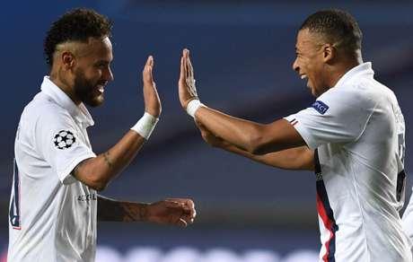 Neymar e Mbappé estão a disposição de Thomas Tuchel para duelo contra o Reims (Foto: DAVID RAMOS / AFP)