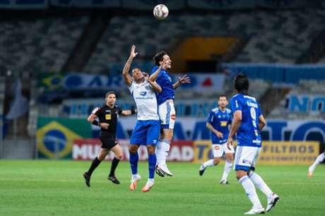 A noite de futebol no Mineirão foi de muita força física e um futebol abaixo do esperado-(Bruno Haddad/Cruzeiro)