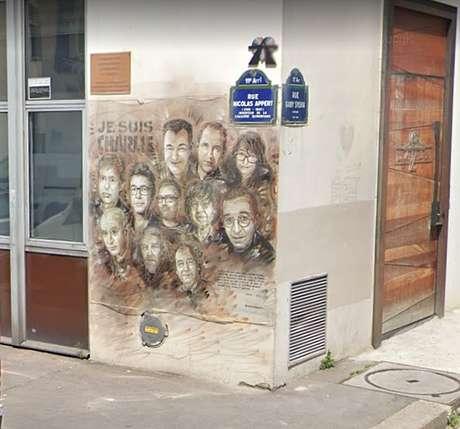 Legenda: O mural na parede do prédio marcado pelo massacre dos jornalistas e cartunistas do 'Charlie Hebdo'
