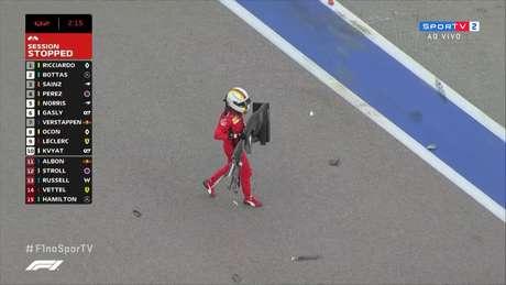 Após bater, Vettel carrega a asa dianteira