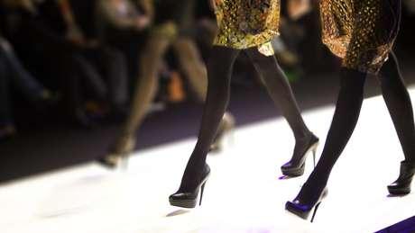 Centenas de modelos viajam para as principais semanas de moda na esperança de conseguir trabalho