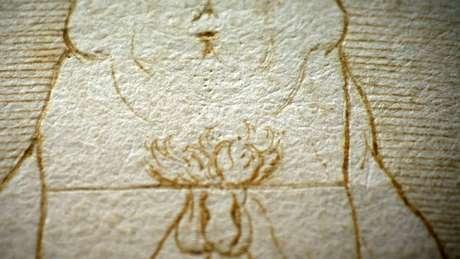 No original, raramente visto ou filmado, é possível ver as marcas que Da Vinci fez quando apoiou o compasso para fazer o círculo e o quadrado