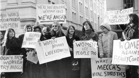 Grupo de manifestantes protesta contra concurso Miss Mundo nos Estados Unidos em dezembro de 1970