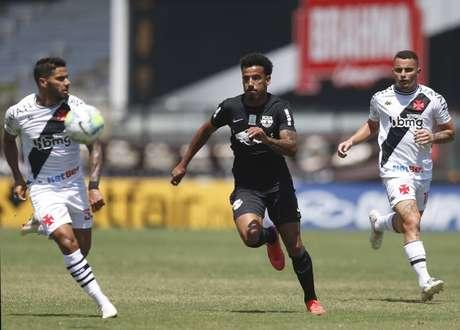 Em bom jogo e sob forte calor, Vasco e Bragantino empatam em São Januário.