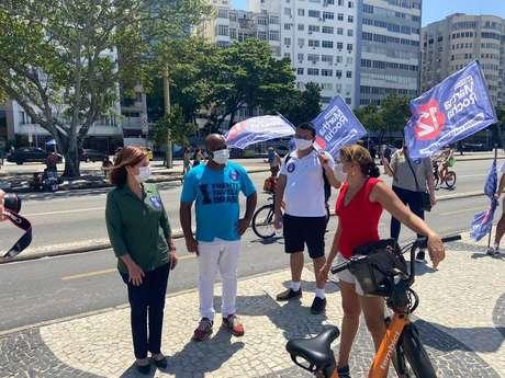 Martha Rocha (PDT) conversou com potenciais eleitores na orla da Copacabana