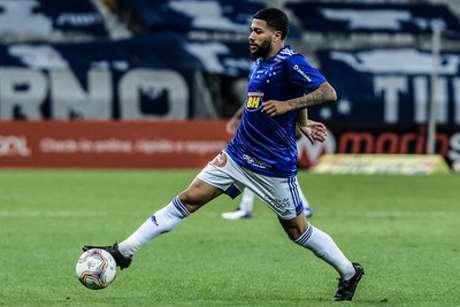 Arthur Caike bateu chocou o corpo contra a trave e gerou preocupação no DM da Raposa que vai avaliar sua situação-(Gustavo Aleixo/Cruzeiro)