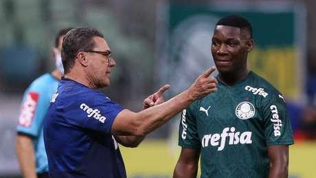 Patrick de Paula recebe instrução de Luxemburgo durante Palmeiras x Fla (Foto: Cesar Greco/Agência Palmeiras)