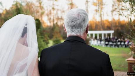 Hilda Burke sugere que a mudança de nome da mulher faz parte de um 'pacote' de narrativa tradicional do casamento