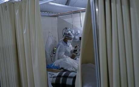 Profissional da saúde trata paciente com Covid-19 no Rio de Janeiro, RJ  02/07/2020 REUTERS/Ricardo Moraes