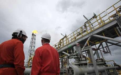 Trabalhadores em plataforma da Petrobras no litoral do Rio de Janeiro  16/02/2011 REUTERS/Sergio Moraes