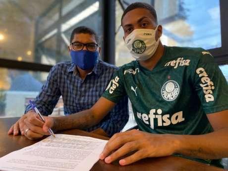 Narciso comemora o primeiro contrato profissional de seu filho Ruan (Foto: Vinicius Vieira/V2MM)