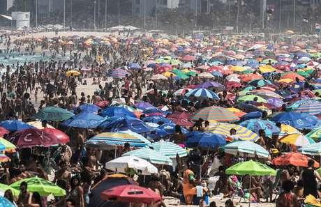 Praia do Rio de Janeiro lotada de banhistas