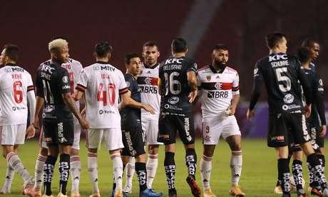 Jogadores de Flamengo e Del Valle se cumprimentam após duelo pela Libertadores