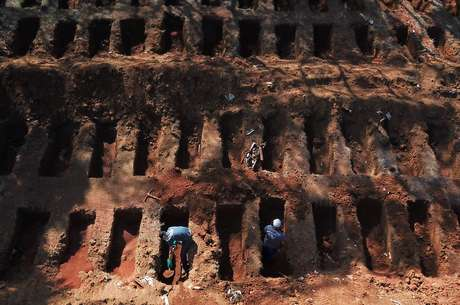 Sepulchers dig graves in the Vila Formosa cemetery in São Paulo amid the Covid-19 pandemic 08/08/2020 REUTERS / Amanda Perobelli