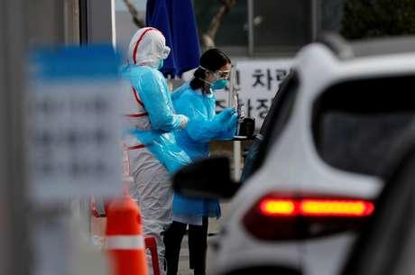 Profissional de saúde se prepara para colher amostra para teste de detecção de Covid-19 em Daegu, na Coreia do Sul 03/03/2020 REUTERS/Kim Kyung-Hoon