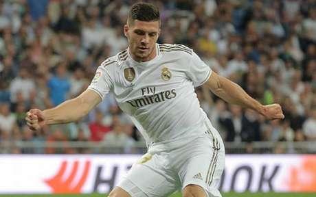 Jovic teve pouco espaço no Real Madrid na última temporada (Foto: AFP)