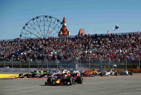 A confusão na largada do GP da Rússia, com vários carros escapando da pista
