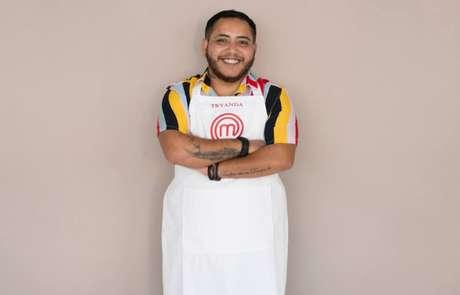 Aos 35 anos de idade, Tryanda quer trocar sua carreira no mercado de turismo pelo mundo da cozinha. Como homem trans, revela ter sofrido muito preconceito ao longo da vida.