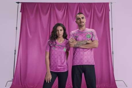 Camisa da Chapecoense na versão rosa