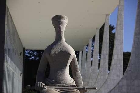 Estátua da Justiça em frente ao prédio do Supremo Tribunal Federal em Brasília 21/04/2010 REUTERS/Ricardo Moraes
