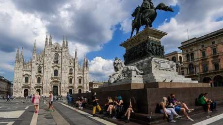 Essa imagem da praça Duomo, em Milão, foi registrada em junho, logo depois do início da reabertura gradual