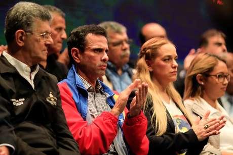 Henrique Capriles (de jaqueta vermelha) participa de reunião 08/03/2018 REUTERS/Marco Bello