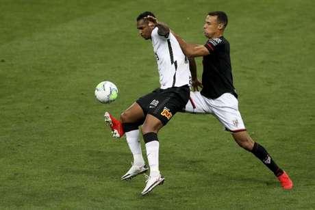 Jô teve uma grande chance para marcar, mas foi impedido por Jean (Foto: Marco Galvão/Fotoarena/Lancepress!)